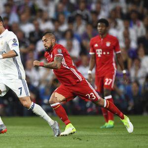 Cristiano Ronaldo suojasi pallo ottelussa Bayern Müncheniä vastaan vuonna 2017.