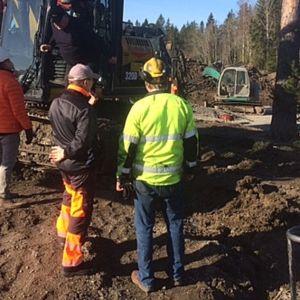 miehiä seisomassa omakotitalon tonttityömaalla, kaivinkone, asuntomessut, Kouvola, Koria