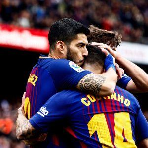 Luis Suarez (vas.) halaa pelikavereitaan.