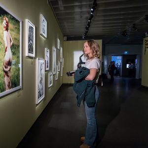 Fotografiskan näyttelyyn tutustumassa Wilma Orr.