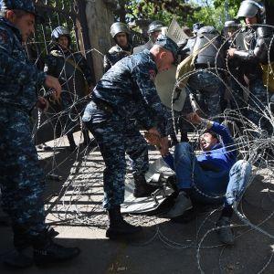 mielenosoittaja ja mellakkapoliiseja