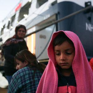 Pakolaisia Pireuksen satamassa matkalla pakolaisleireiltä Ateenaan 11. joulukuuta 2017.