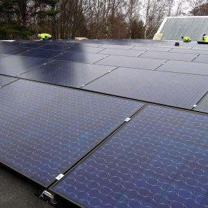 Hangon Haagapuiston koulun katolla on mittava aurinkovoimala.