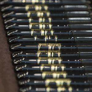 Presidentti Donald Trumpin allekirjoituksella varustettuja kyniä.