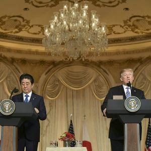 Donald Trump ja Shinzo Abe yhteisessä tiedotustilaisuudessa 18.huhtikuuta.