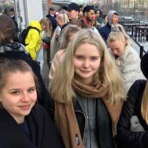 Janna Haapanen, Sohvi Majanlahti ja Tinja Vesa jonottivat ensimmäisinä Ratinan uuteen kauppakeskukseen.