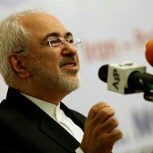 Iranin ulkoministeri Mohammad Javad Zarif puhuu mikrofoneihin.