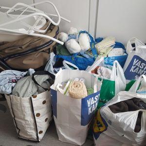 Tulipalossa kotinsa menettäneelle vauvaperheelle on kertynyt muutamassa tunnissa hurjasti tarvittavia vaatteita ja tavaroita.