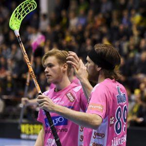 Classicin Albert Koskinen ja Asser Jääskeläinen (oik.) juhlivat maalia salibandyn miesten liigan välieräottelussa.