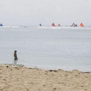 Ihmisiä Sanurin rannalla Denpasarissa Balilla elokuussa 2017.
