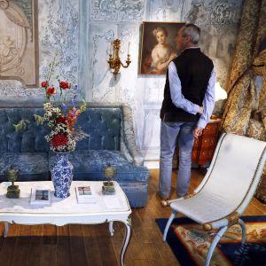 Mies katseli loistohotelli Ritzin myytävää esineistöä huutokauppaa edeltävässä julkisessa näytössä Pariisissa 12. huhtikuuta.