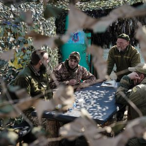 Nykyisessä asemasodassa taisteluita ei juurikaan käydä päivisin. Ukrainan armeijan sotilaat ehtivät valmistautua yötä varten.