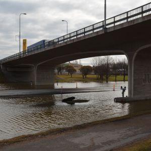 Liikenne tulvan katkaisemalla valtatiellä on kulkee ylikulkusiltaa pitkin. Ylikulkusilta on myös koululaisten koulutie.