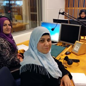 Kolme naista radiostudiossa.