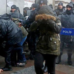 Turkkilaiset mellakkapoliisit naisten kimpussa