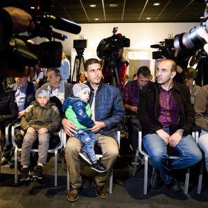 Dumasta saapuneita ihmisiä Haagin lehdistötilaisuudessa 26. huhtikuuta.