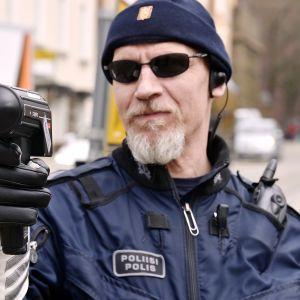 Poliisi mittaa tutkalla nopeuksia Helsingissä.