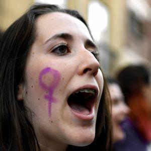 Nainen osoittaa mieltään Espanjassa.