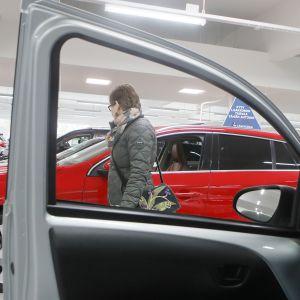 nainen autokaupassa
