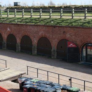 Linnoituksen muurin läpi on tarkoitus puhkaista huoltotunneli, jolloin Hamina Bastionin ja Haminan pesäpallokentän välille muodostuu kulkuyhteys.