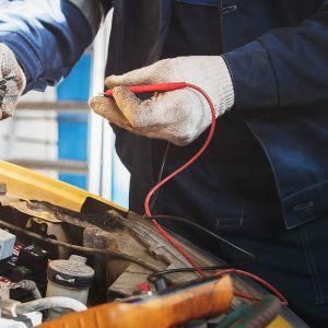 auton korjaaja työssään