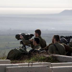 Israelilaissotilaita tähystämässä Syyriaan.
