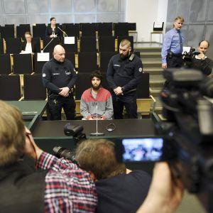 Abderrahman Bouanane oikeudenkäynnissä Turun vankilassa.