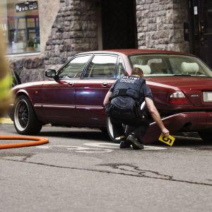 Poliisi suorittaa teknistä tutkintaa Lönnrotinkadun ja Annankadun risteyksessä Helsingissä.