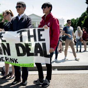 Mielenosoittajia Valkoisen talon edustalla Washingtonissa.