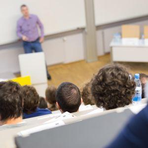 opiskelijoita luennolla