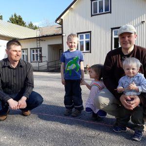 Nuoria isiä ja lapsia Huolin koulun pihalla.