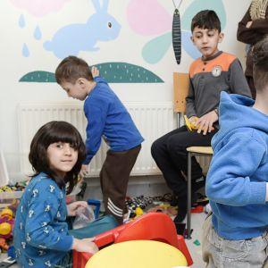 Turvapaikanhakijoiden lapset leikkivät Ruskeasuon vastaanottokeskuksessa.