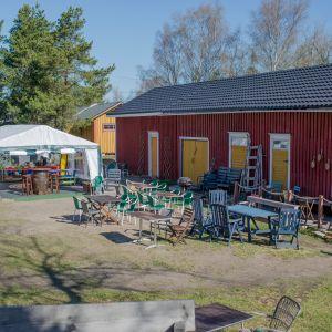 Kahvila Saha toimii toistaiseksi telttakatoksessa.