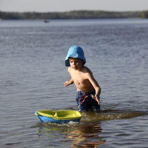 Lapsi leikkii vedessä.