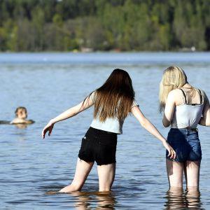 nuoret kahlaavat järvessä