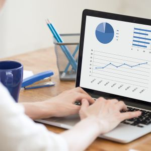 Nuori nainen tekee tilastografiikkaa tietokoneella