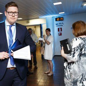 Antti Lindtman saapui pääkaupunkiseudun kaupunkien Helsingin, Espoon, Kauniaisten ja Vantaan valtuustojen yhteiskokoukseen Kulttuuritalo Martinuksessa Vantaalla.