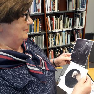 Arja Tarponen esittelee kuvia isoisästään.
