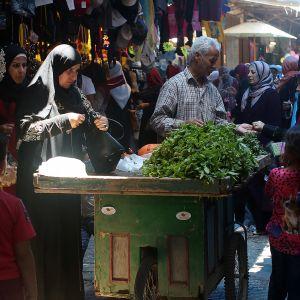 Ihmisiä ostoksilla torilla Nabluksessa Länsirannalla.