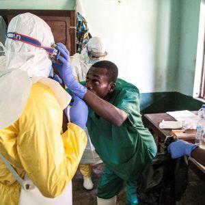 Terveystyöntekijät valmistautuivat tapaamaan mahdollisesti ebolaan sairastuneita ihmisiä Bikoron sairaalassa, Kongossa 12. toukokuuta.
