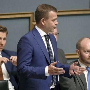 Valtiovarainministeri Petteri Orpo ja Eurooppa-, kulttuuri- ja urheiluministeri Sampo Terho eduskunnan suullisella  kyselytunnilla Helsingissä torstaina 17. toukokuuta