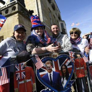 Fanit ovat ryhmittyneet Britannian ja USA:n lippujen sekä moriusparin kuvan taakse Windsorissa.