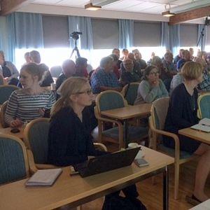 yleisöä ja alustajia kokoussalissa, Mäntyharjun kemikaalionnettomuus, keskustelutilaisuus Orilammella, Vuohijärvi, Kouvola