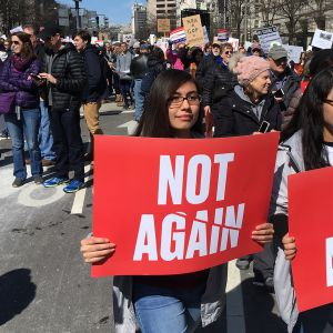 """Naiset kantavat kylttejä """"Not again"""" March for our Lives -mielenosoitusksessa."""