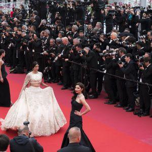 Festivaalivieraita Cannesin festivaalipalatsin punaisella matolla.