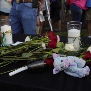 Santa Fen lukion ulkopuolelle tuotiin kynttilöitä ja kukkia uhrien muistoksi.