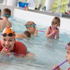 Mäkelänrinteen uimahallin uimakoulu alle 6-vuotiaille.