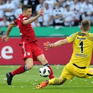Bayernin Robert Lewandowski uhittelee Frankfurtin maalivahti Lukas Hradeckya.