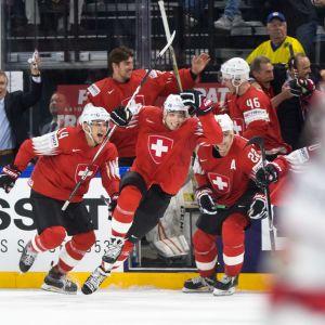 Sveitsiläiset juhlivat välierävoittoa. Kuvassa Chris Baltisberger ja Nino Niederreiter
