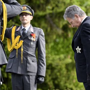 Tasavallan presidentti Sauli Niinistö laski seppeleen Helsingin Hietaniemen hautausmaan Sankariristille kaatuneitten muistopäivänä sunnuntaina 20. toukokuuta